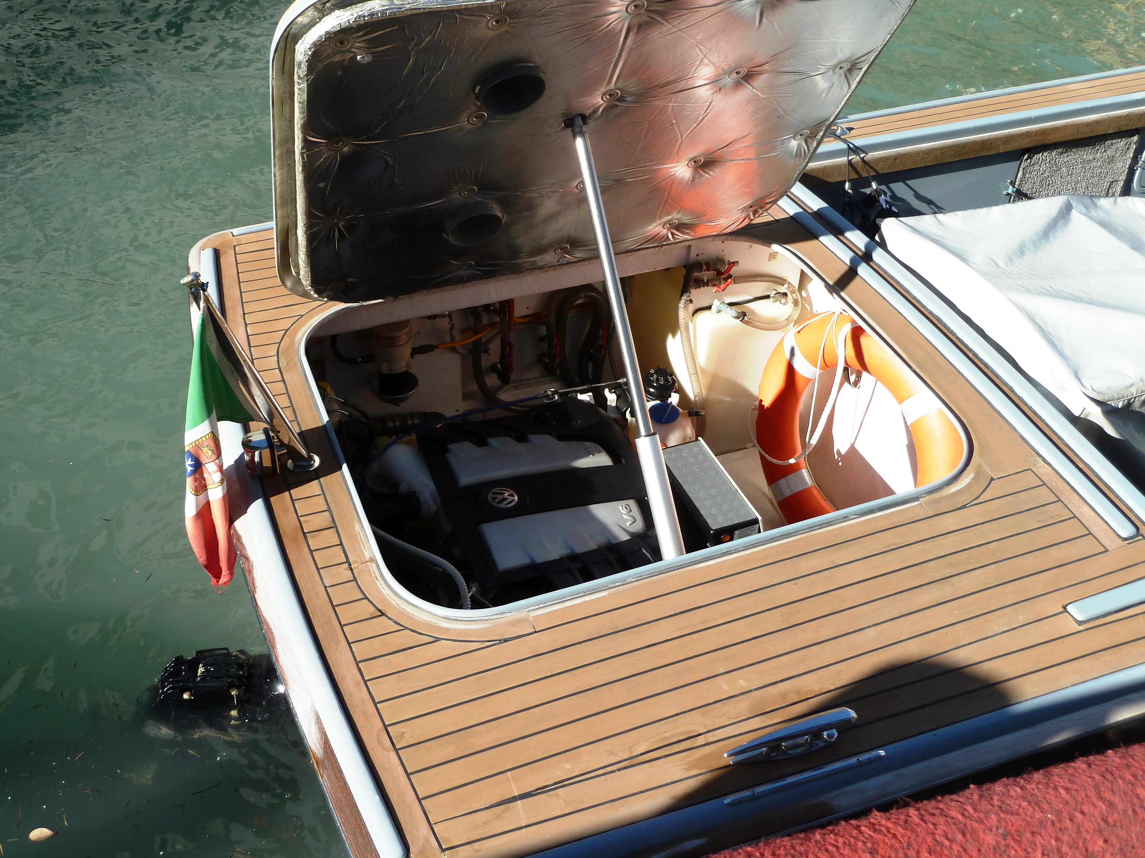 File:Inboard engine funeral boat venice.JPG - Wikimedia Commons