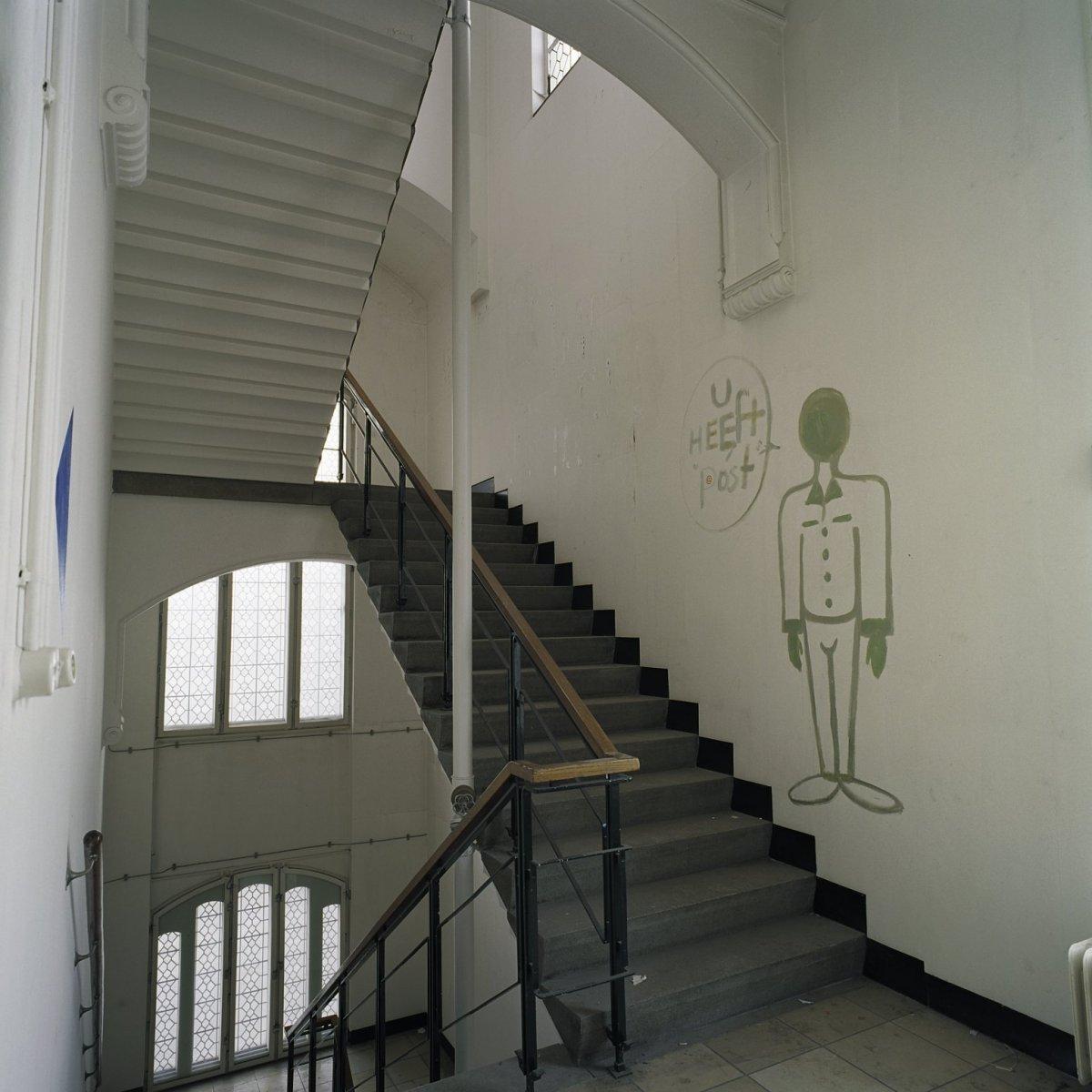 File interieur overzicht van het trappenhuis aan de zijde - Makers van het interieur ...