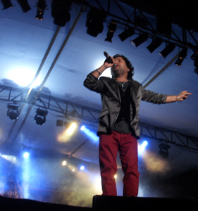 Kailash Kher performing at the stage