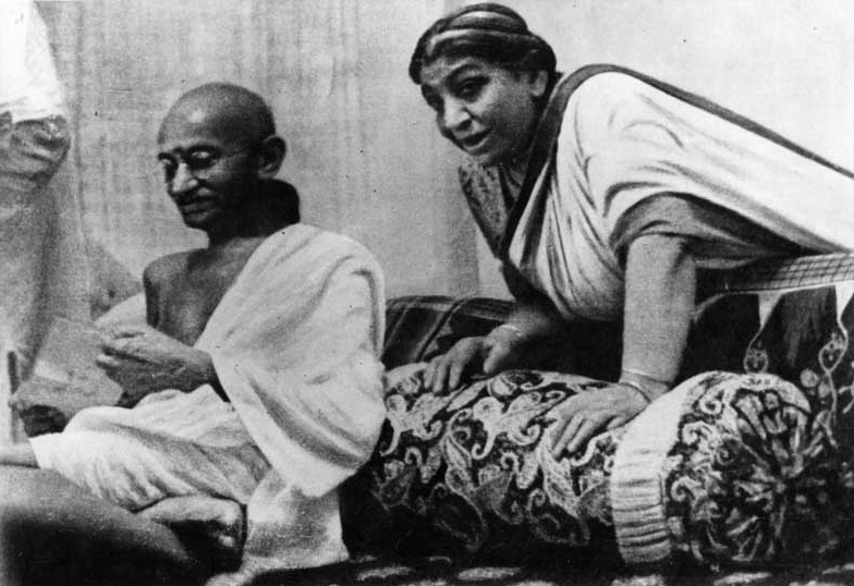 படிமம்:Mahatma Gandhi and Sarojini Naidu at 1942 AICC Session.jpg