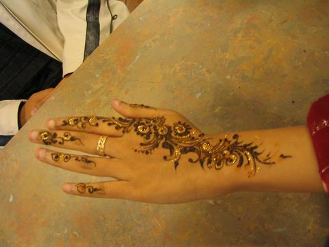 mehndi tattoo. Mehndi_on_hand.jpg‎ (480 × 360