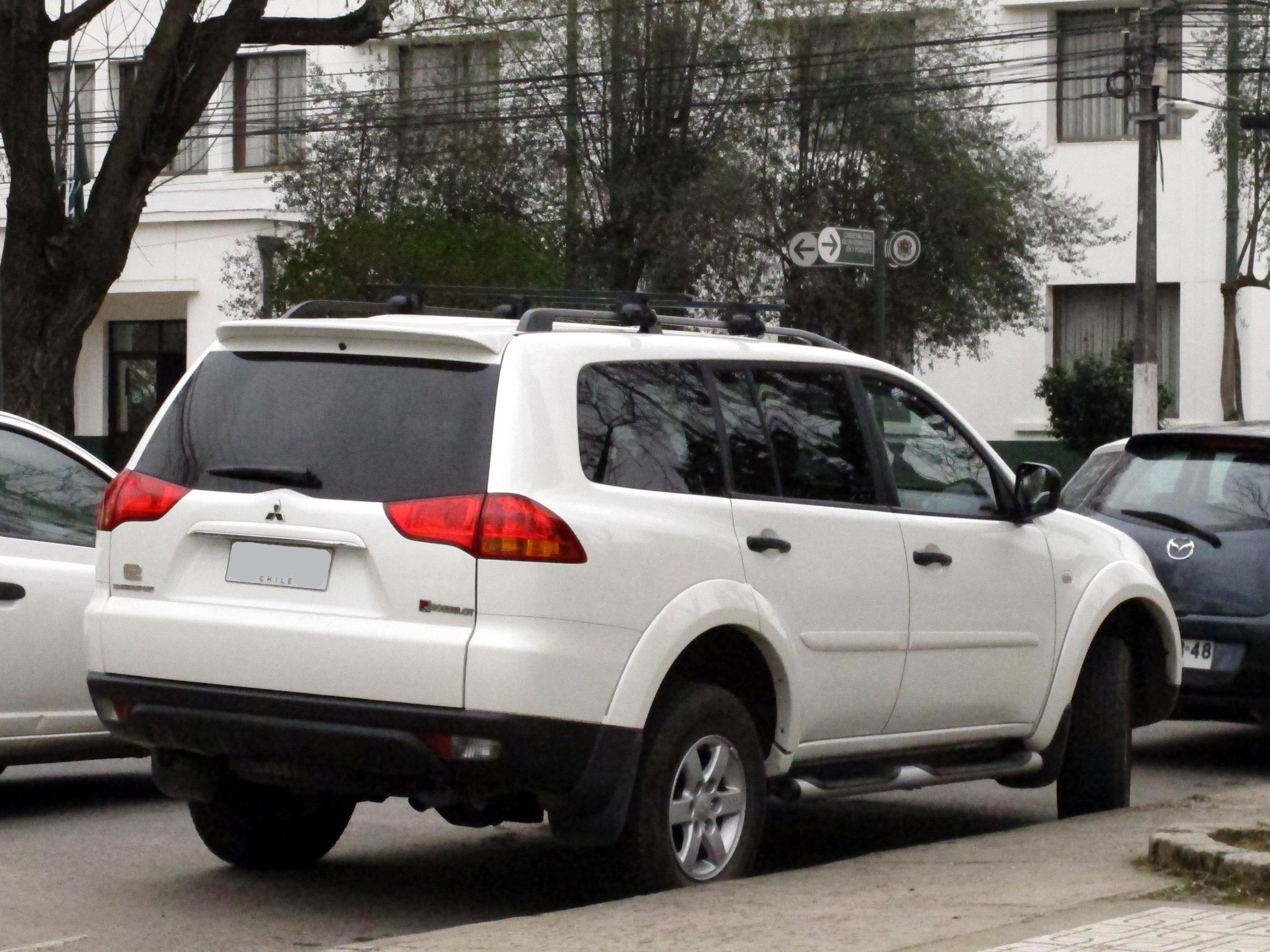 File:Mitsubishi Montero Sport G2 2.5 TD 2013 (14816871310)