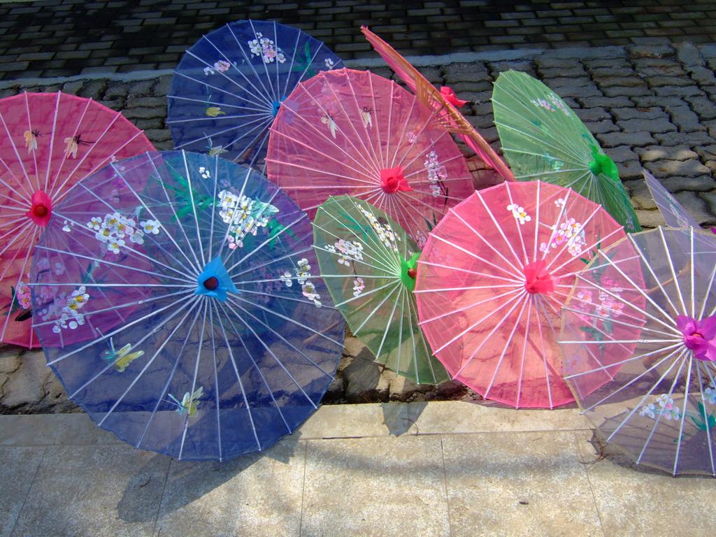 А вы знаете что первые зонтики предназначались именно как защита от...