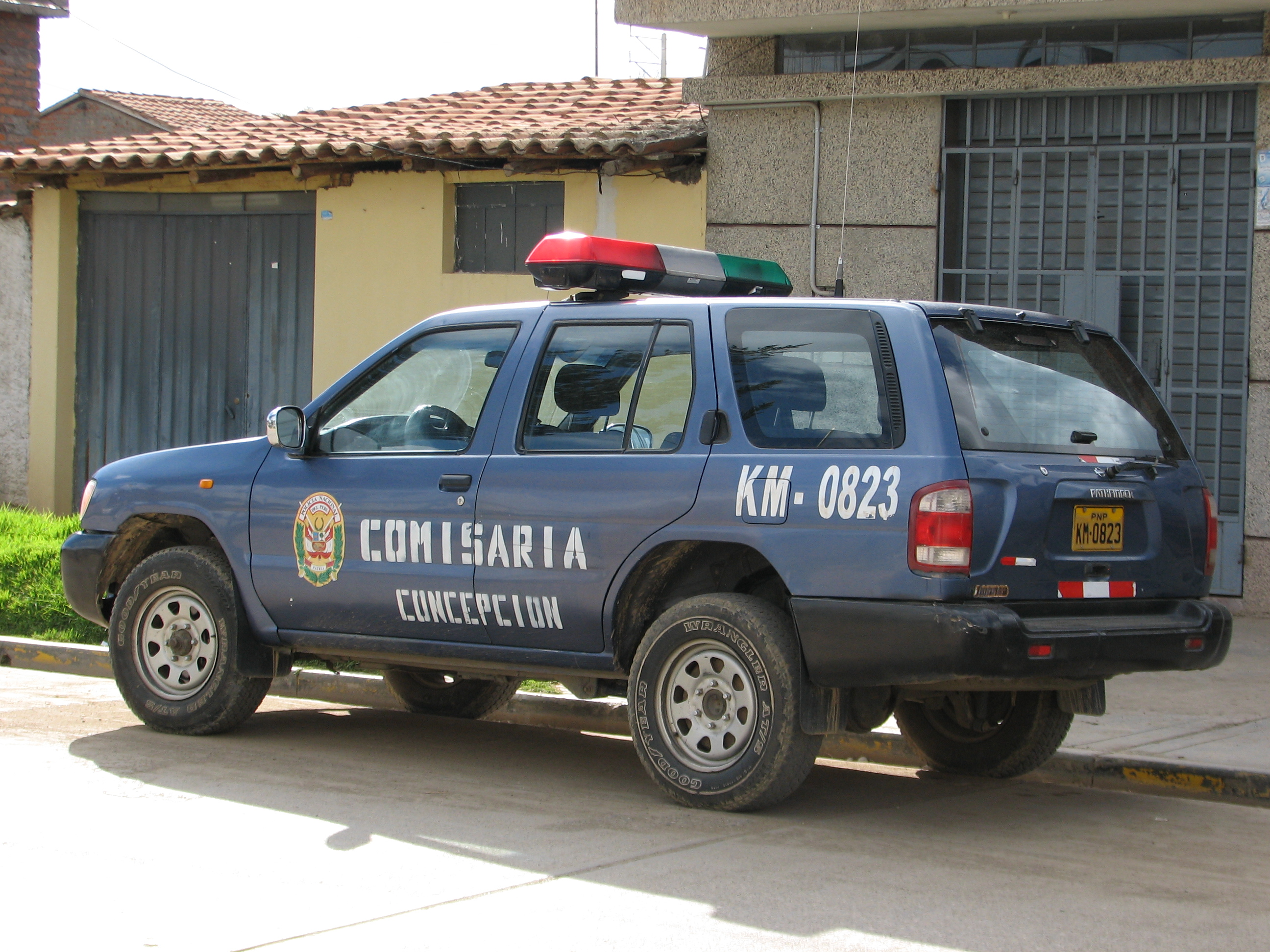 file:police car concepción nissan peru - wikimedia commons