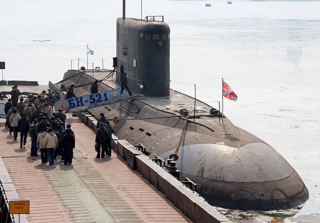 هل تصنع ايران التي 90؟ RIAN_archive_187524_The_crew_of_a_diesel-powered_Varshavyanka_-Kilo--class_submarine