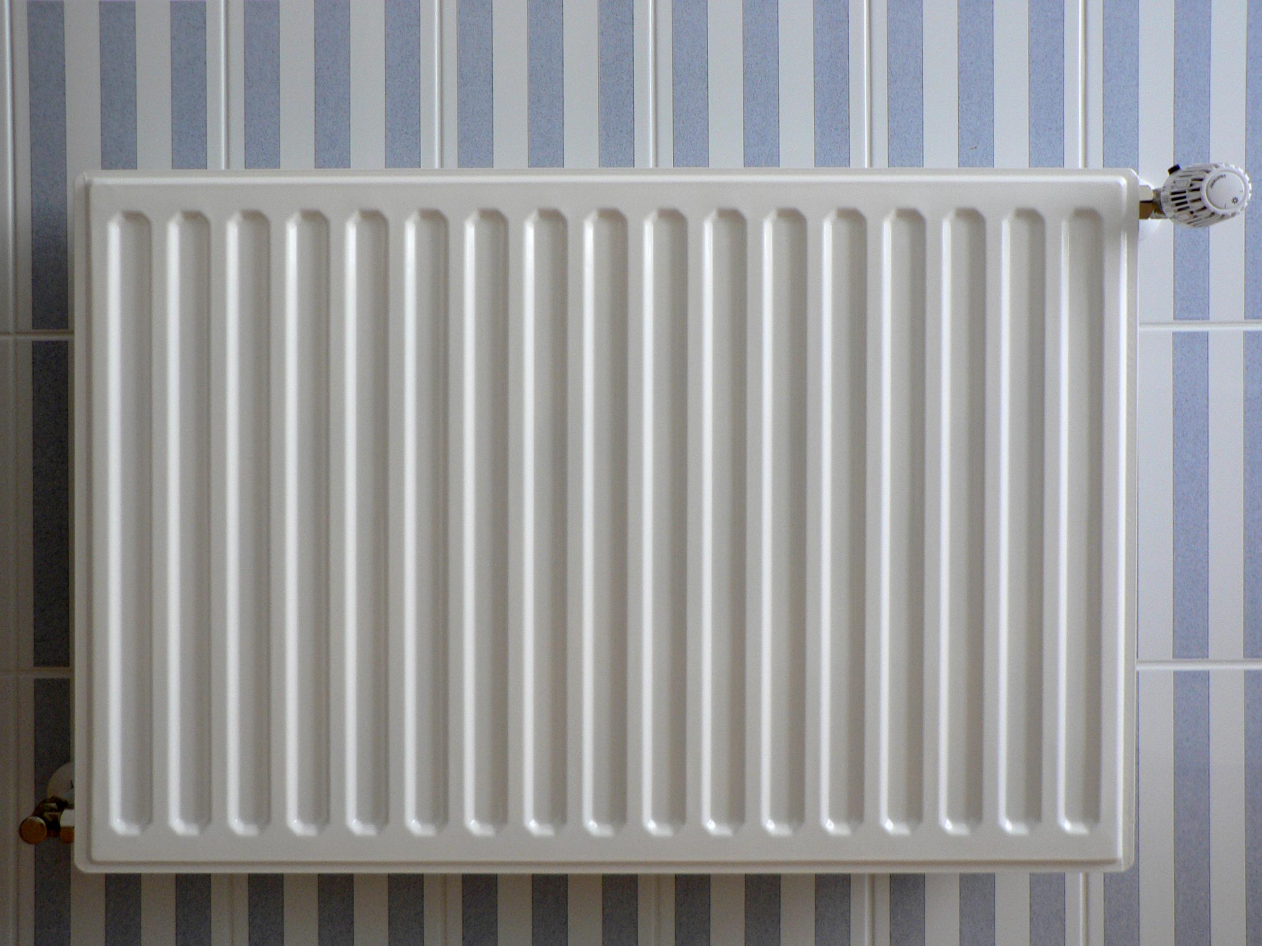 Radiator op blauw wit gestreepte tegels