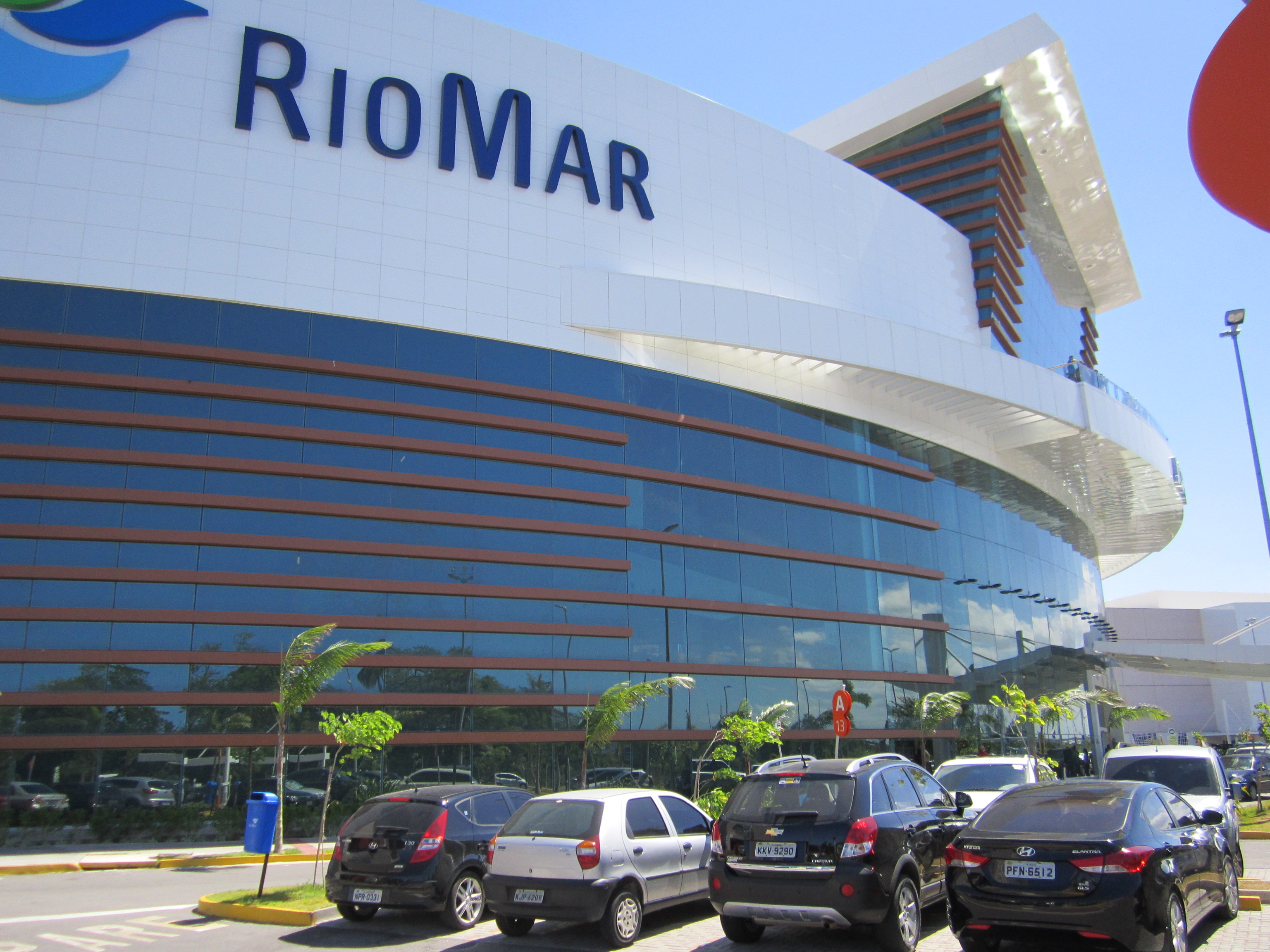 https://upload.wikimedia.org/wikipedia/commons/0/01/RioMar_Shopping_-_Recife%2C_Pernambuco%2C_Brasil.jpg