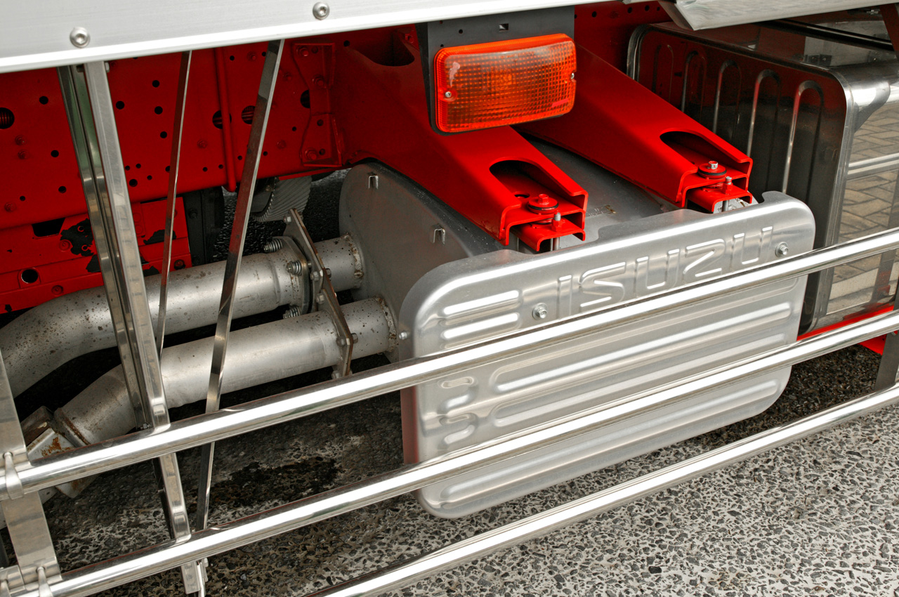 muffleronalargedieselenginediesel-poweredtruck