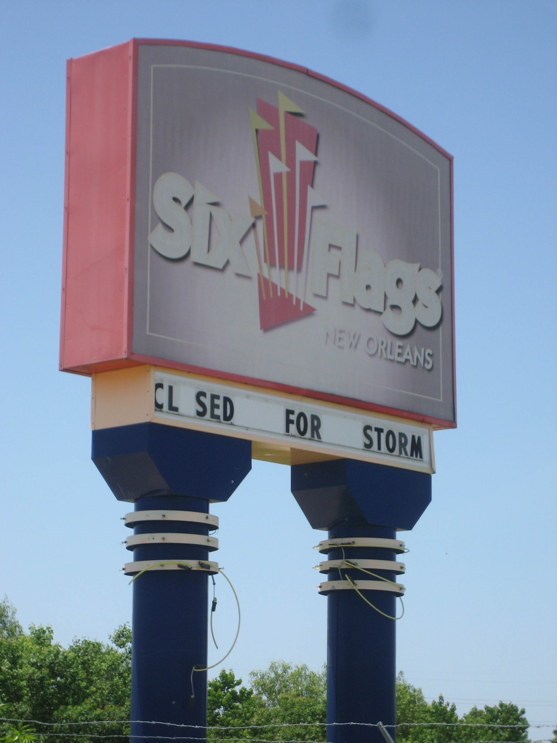 Six Flags New Orleans Wikiwand - 10 years hurricane katrina six flags theme park new orleans still lies abandoned 10 years