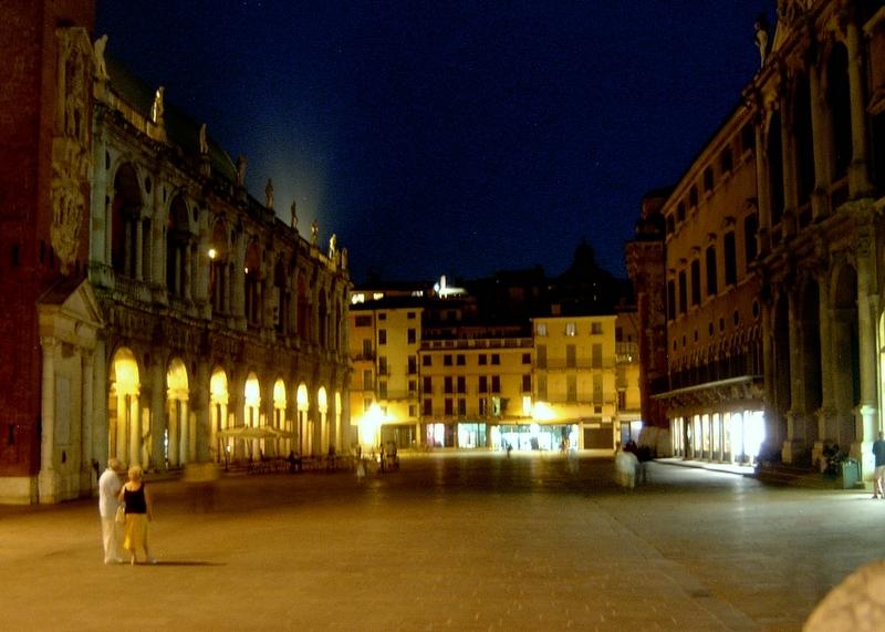 File:Vicenza-di notte.jpg