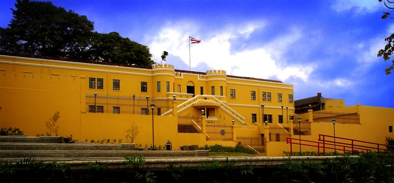 Vista del Cuartel Bellavista desde la Plaza de la Democracia.