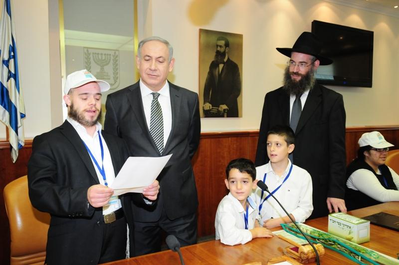 ראש הממשלה מקבל ארבעת המינים מילדי עמותת יד לילד המיוחד.jpg