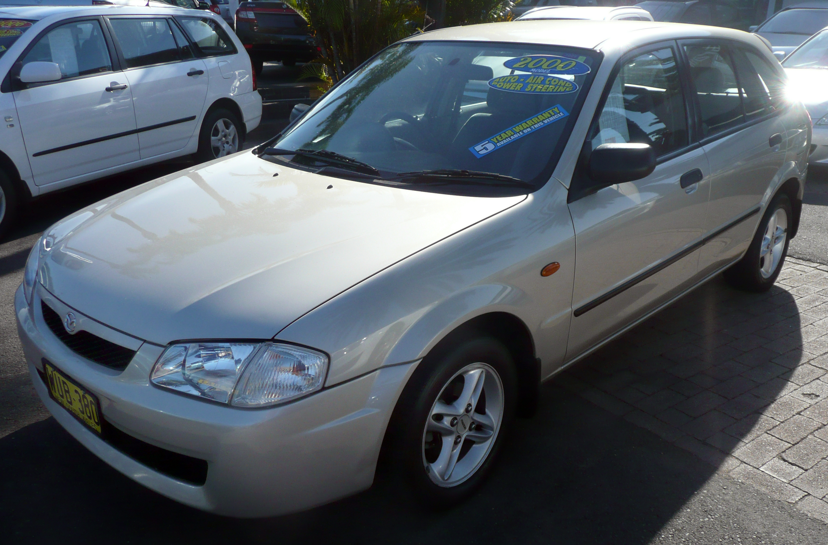 https://upload.wikimedia.org/wikipedia/commons/0/02/2000_Mazda_323_%28BJ%29_Shades_Astina_5-door_hatchback_01.jpg