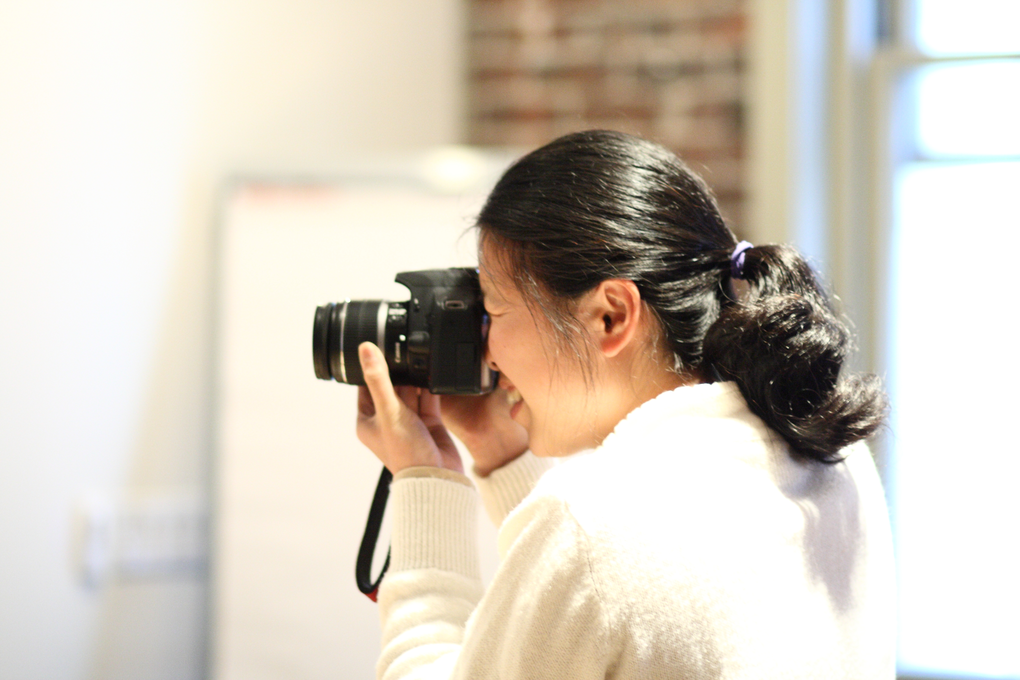 file annie lin taking a photo at the wikimedia foundation office