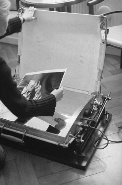 影像從底片放大到Baryta紙(現代相紙的前身)上,透過乾壓機完成。