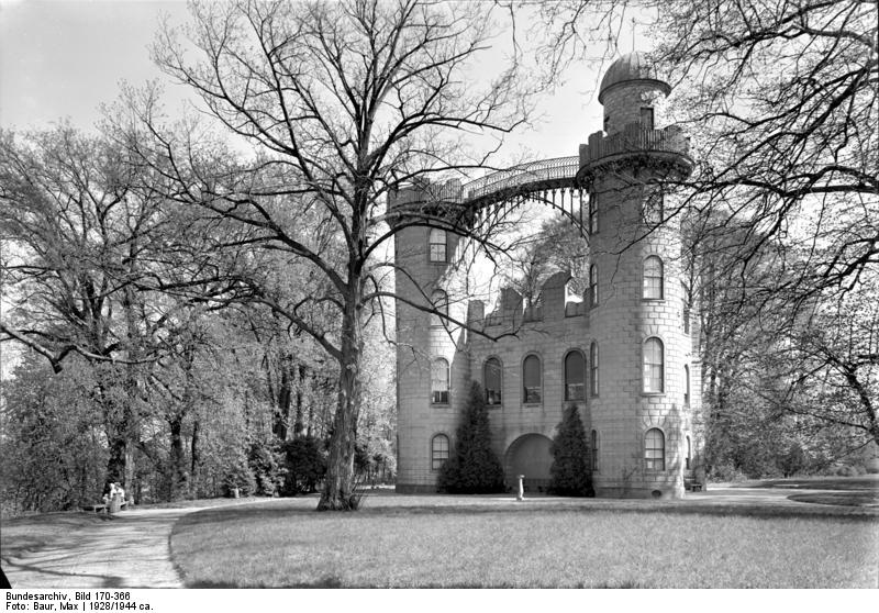 Schloß auf der Pfaueninsel, Bundesarchiv, Bild 170-366 / Max Baur / CC-BY-SA 3.0 [CC BY-SA 3.0 de (https://creativecommons.org/licenses/by-sa/3.0/de/deed.en)], via Wikimedia Commons