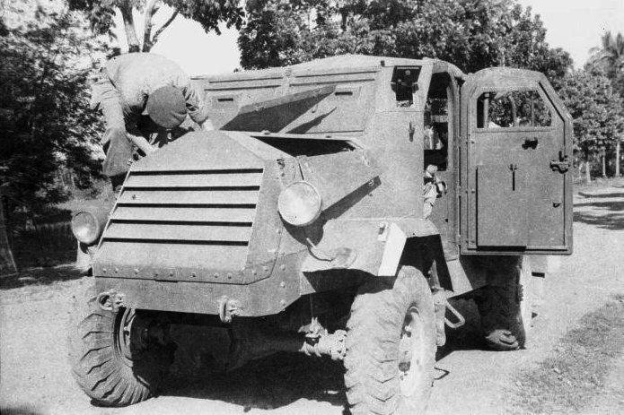 Canadian Military Pattern veicolo COLLECTIE_TROPENMUSEUM_Militair_sleutelt_aan_een_pantservoertuig_TMnr_10029126