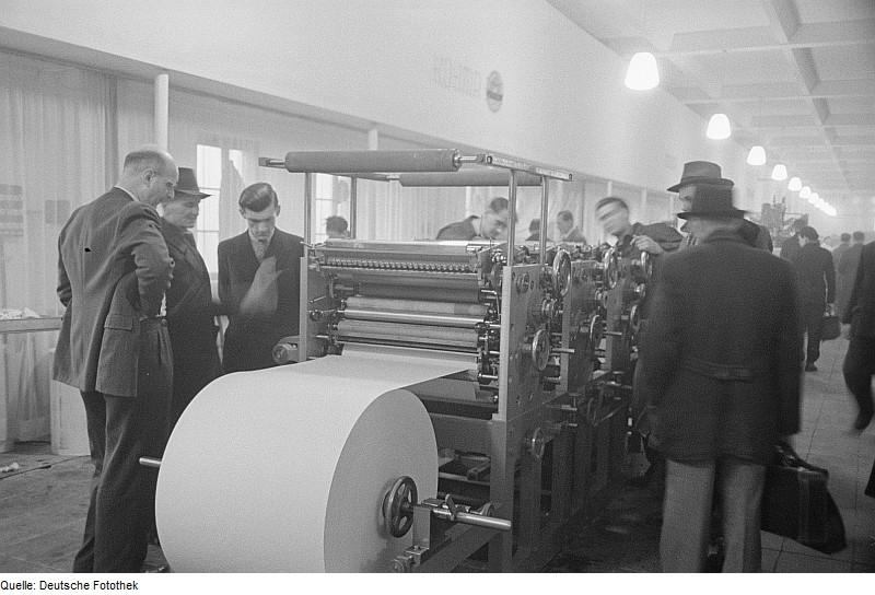 Fotothek df roe-neg 0006070 016 Besucher vor einer Druckmaschine
