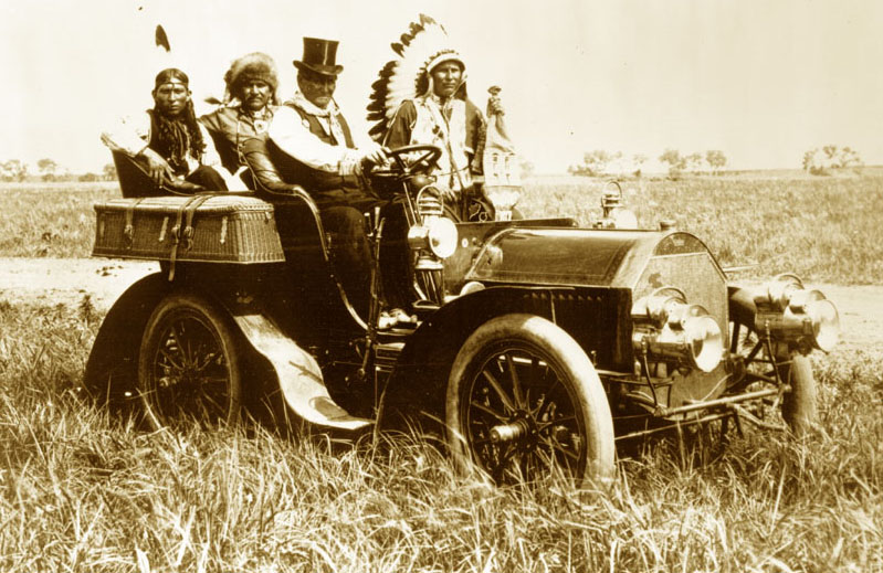 File:Geronimo in a 1905 Locomobile Model C.jpg