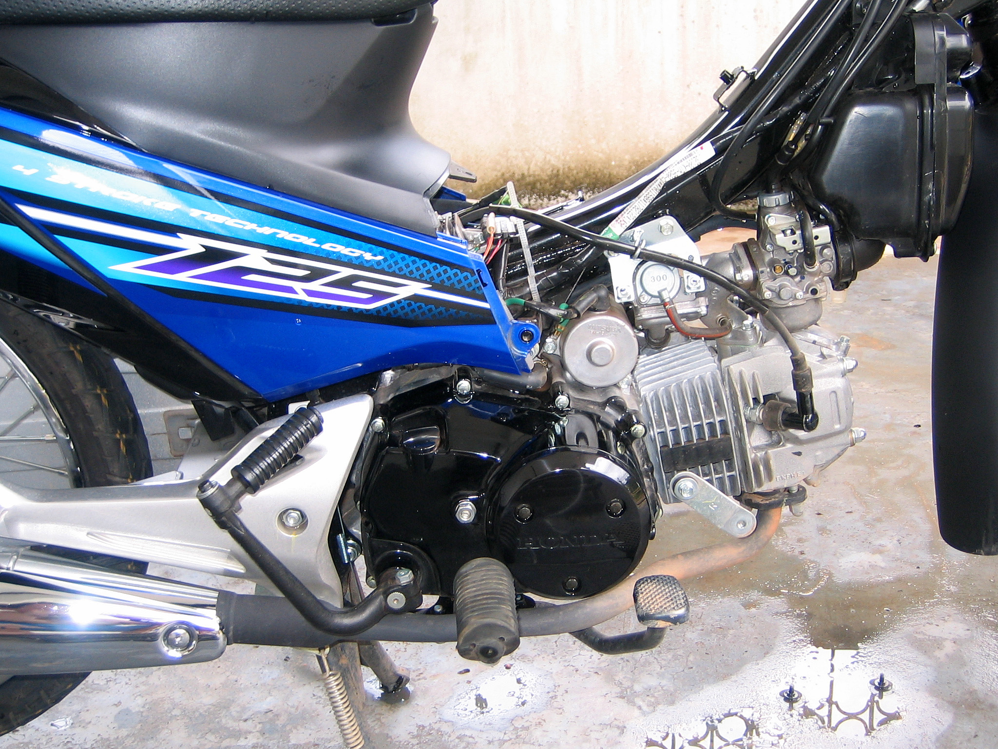 Honda Wave I 125 http://commons.wikimedia.org/wiki/File:Honda_Wave_125_S_2007_Engine.jpg