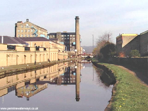 Huddersfield Broad Canal - geograph.org.uk - 2225