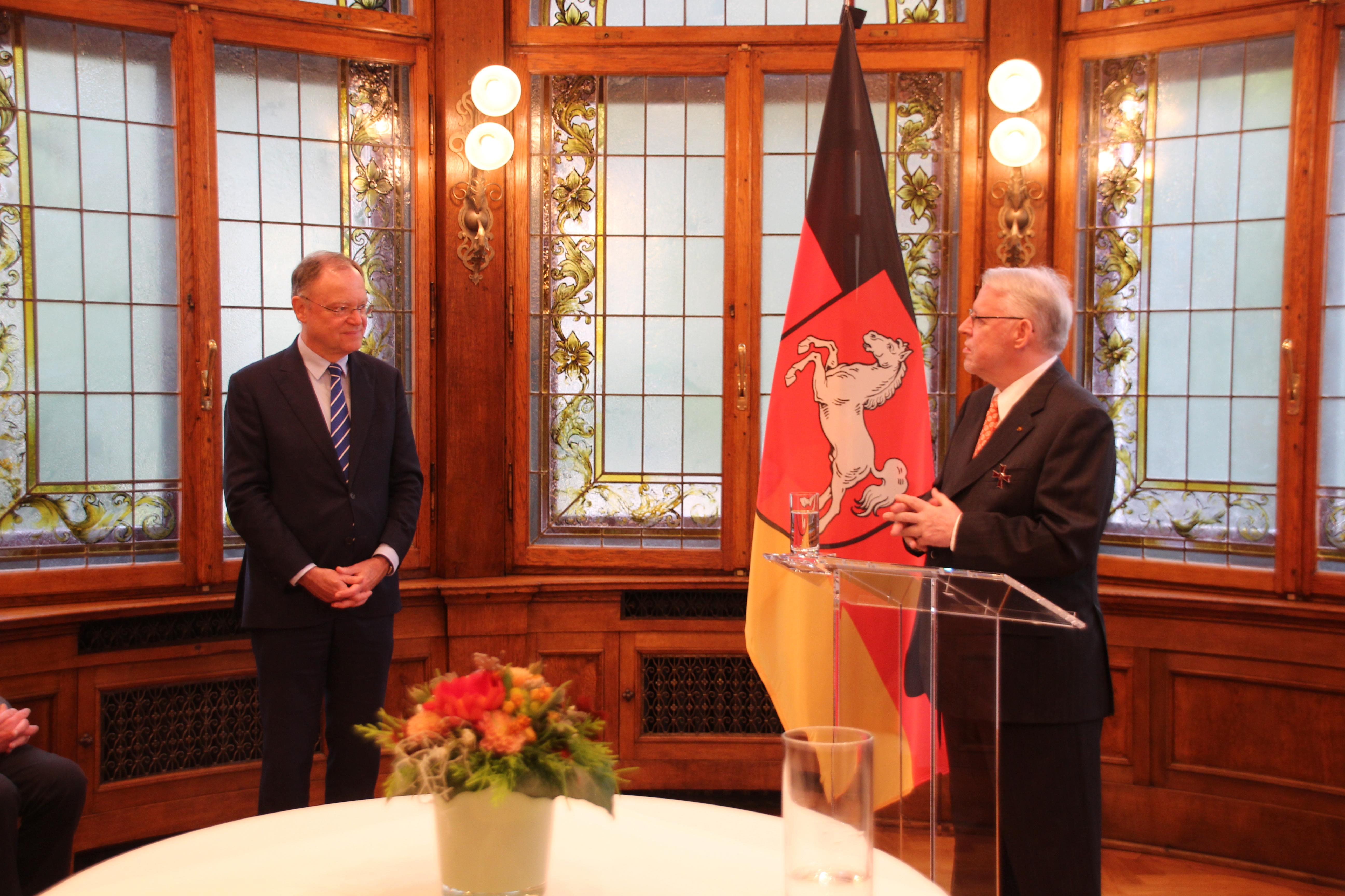File:Klaus Wettig erhält von Ministerpräsident Stephan Weil das ...
