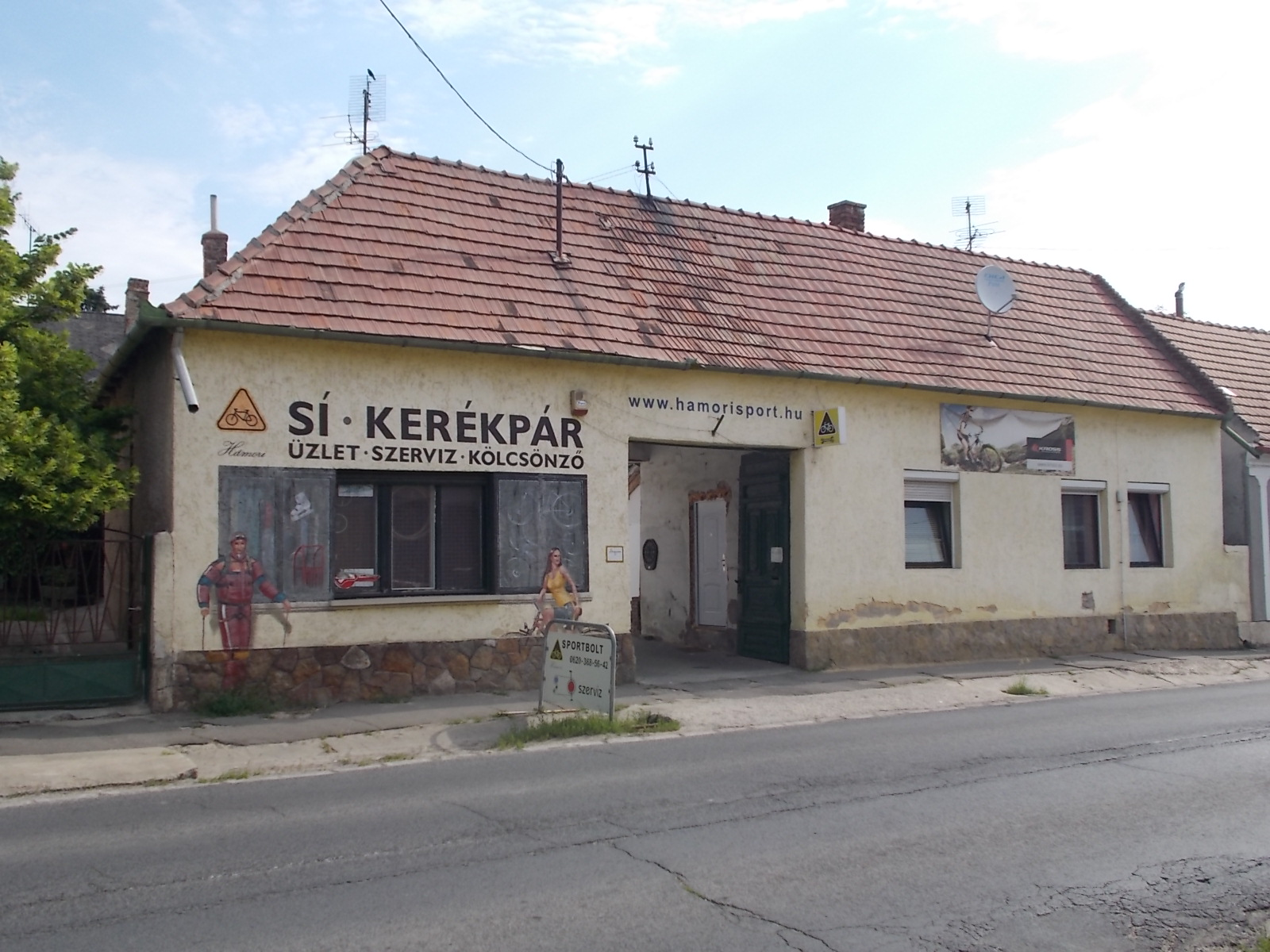 e8a855049c File:Kossuth Lajos utca 37, Kerékpárüzlet védett kapuval, 2017 Pomáz.jpg