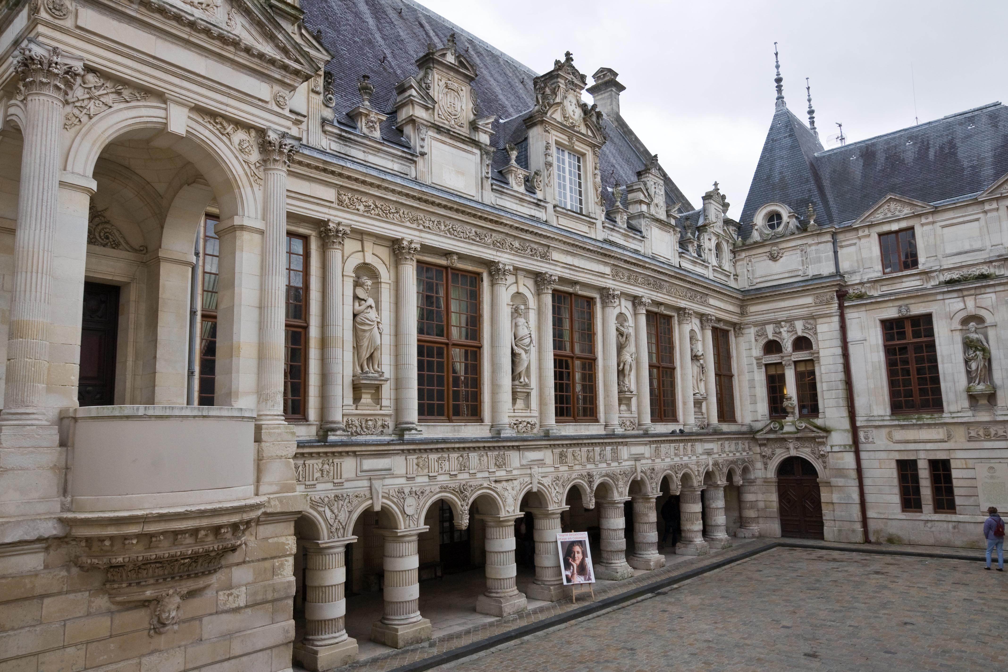 Cour De L Hotel De Ville La Rochelle