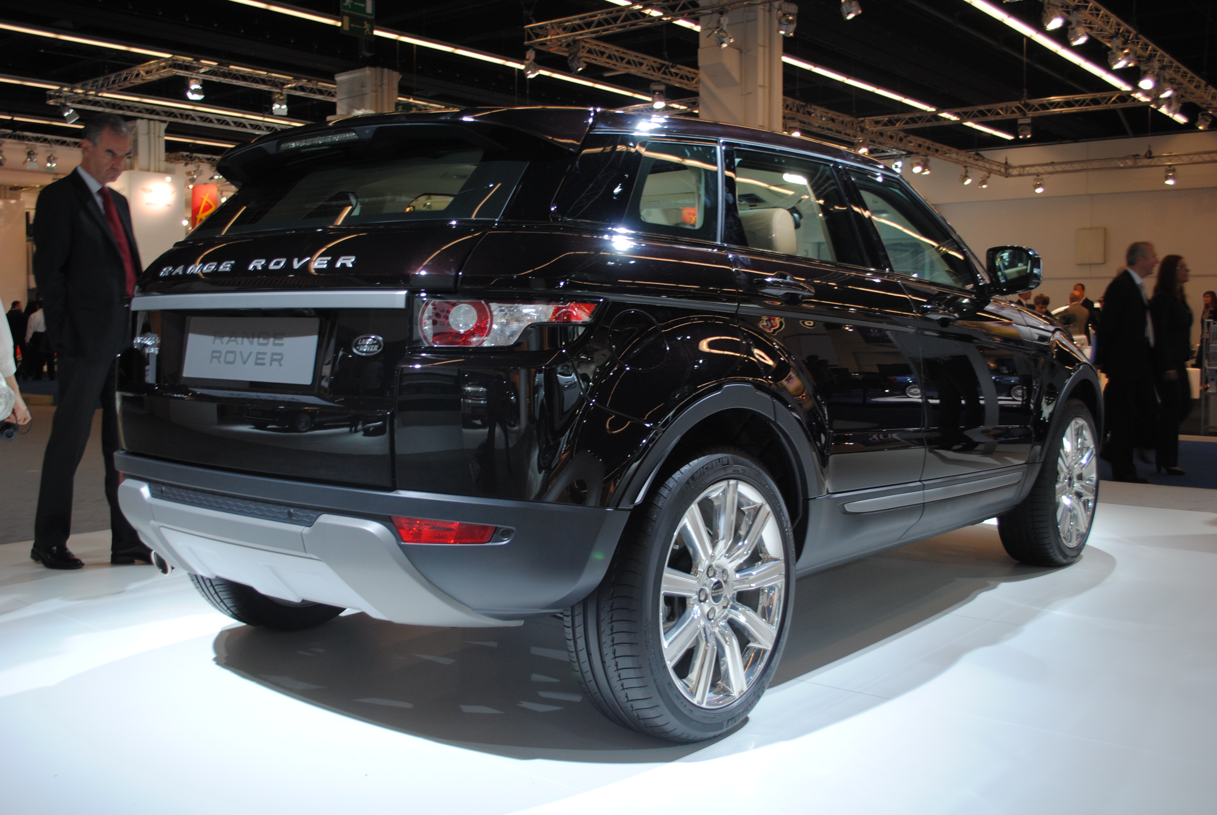 https://upload.wikimedia.org/wikipedia/commons/0/02/Land_Rover_Range_Rover_Evoque_SD4_at_the_Frankfurt_Motor_Show_IAA_2011_%286149793860%29.jpg