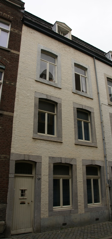 Huis met in de lijstgevel segmentboogvensters en ingang in naamse steen in maastricht - Huis ingang ...