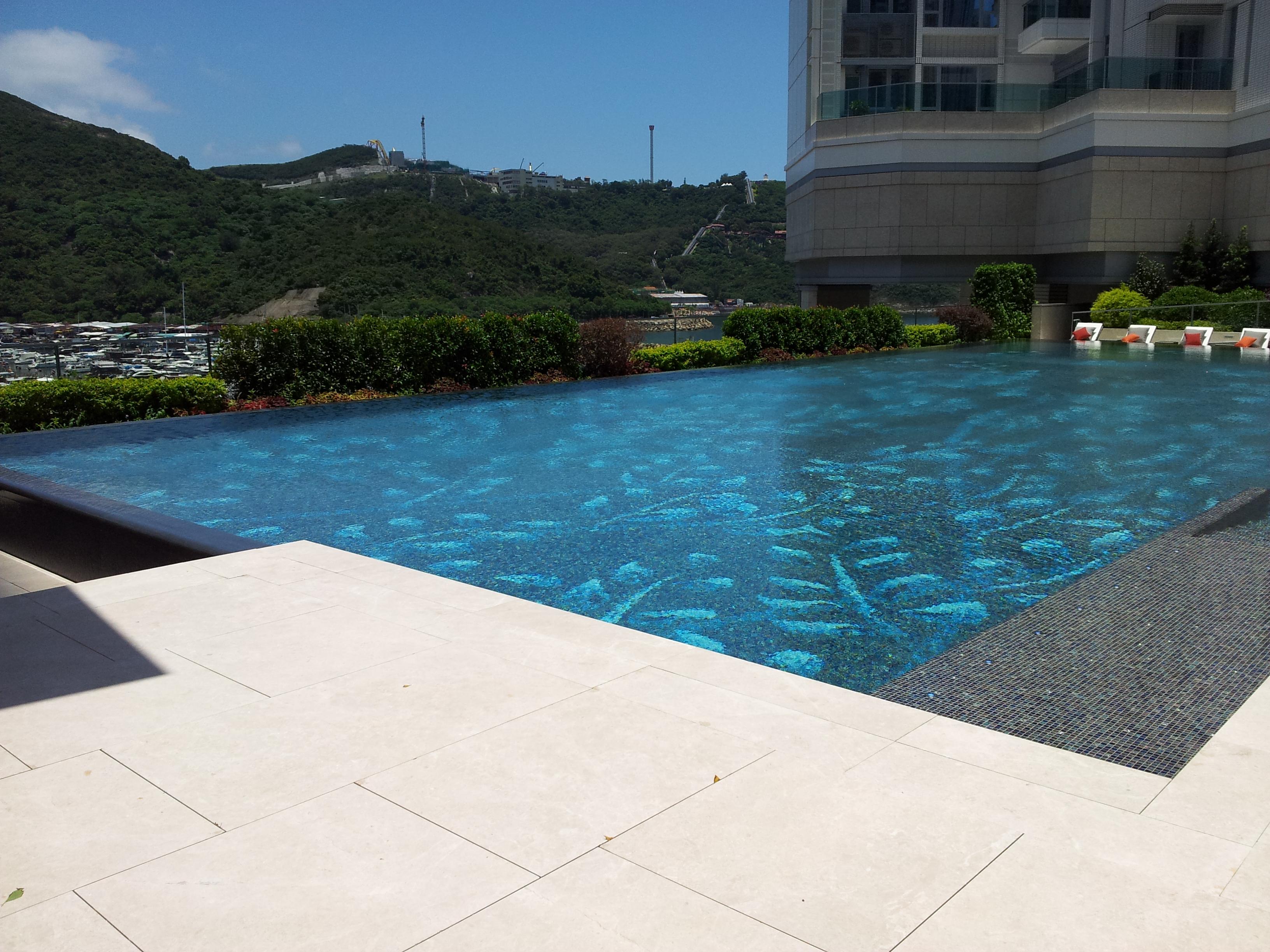 File outdoor swimming pool of wikimedia commons for Outdoor swimming pool