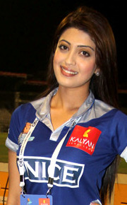Pranitha at CCL 3's Chennai Rhinos Vs Karnataka Bulldozers match (cropped).jpg