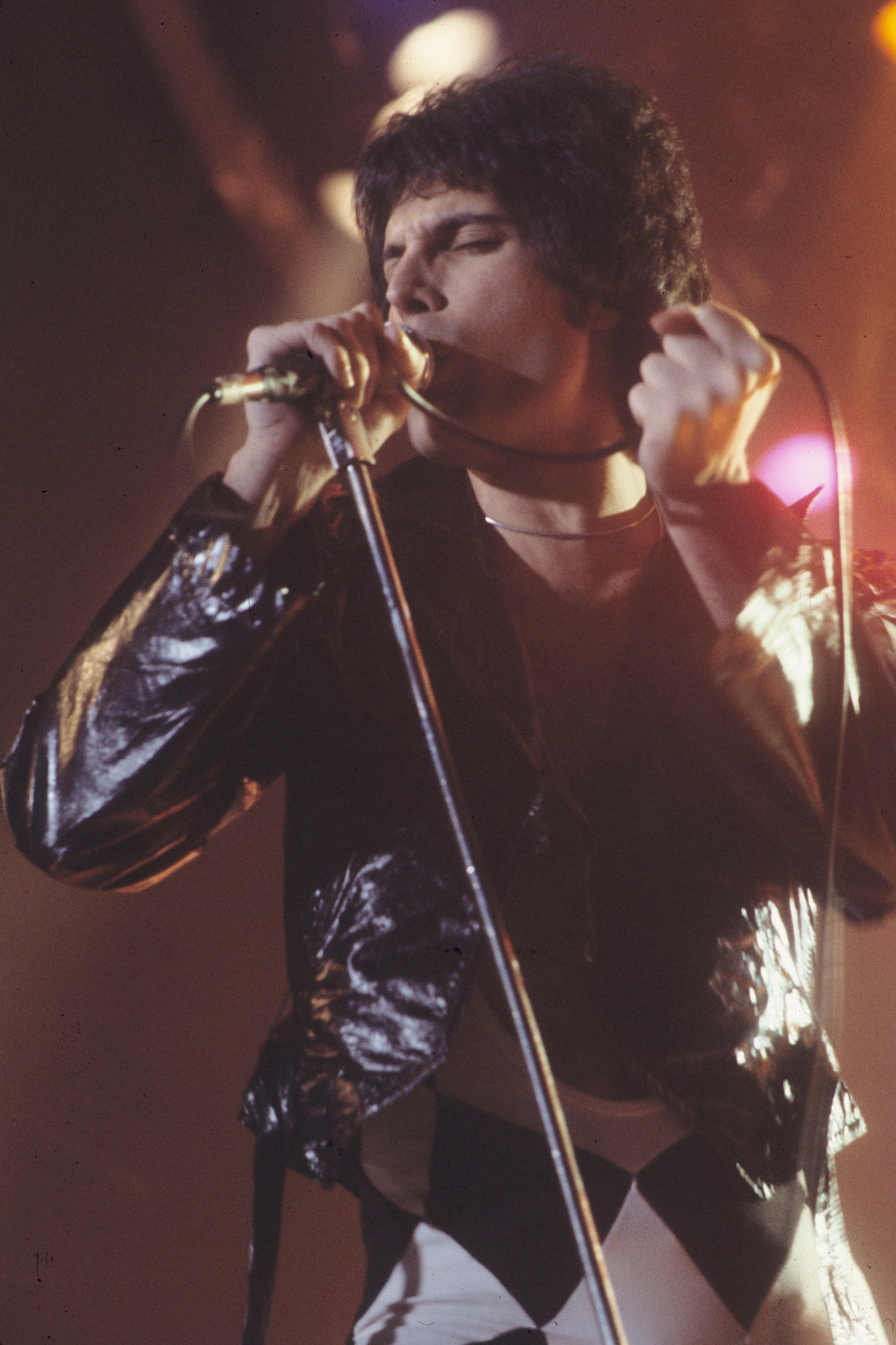 Nella foto: Freddie Mercury live nel 1977