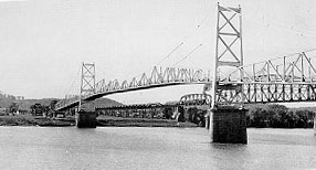 Silver Bridge in Point Pleasant, West Virginia which collapsed into the Ohio River on December 15, 1967, killing 46 persons. Silver Bridge, 1928.jpg