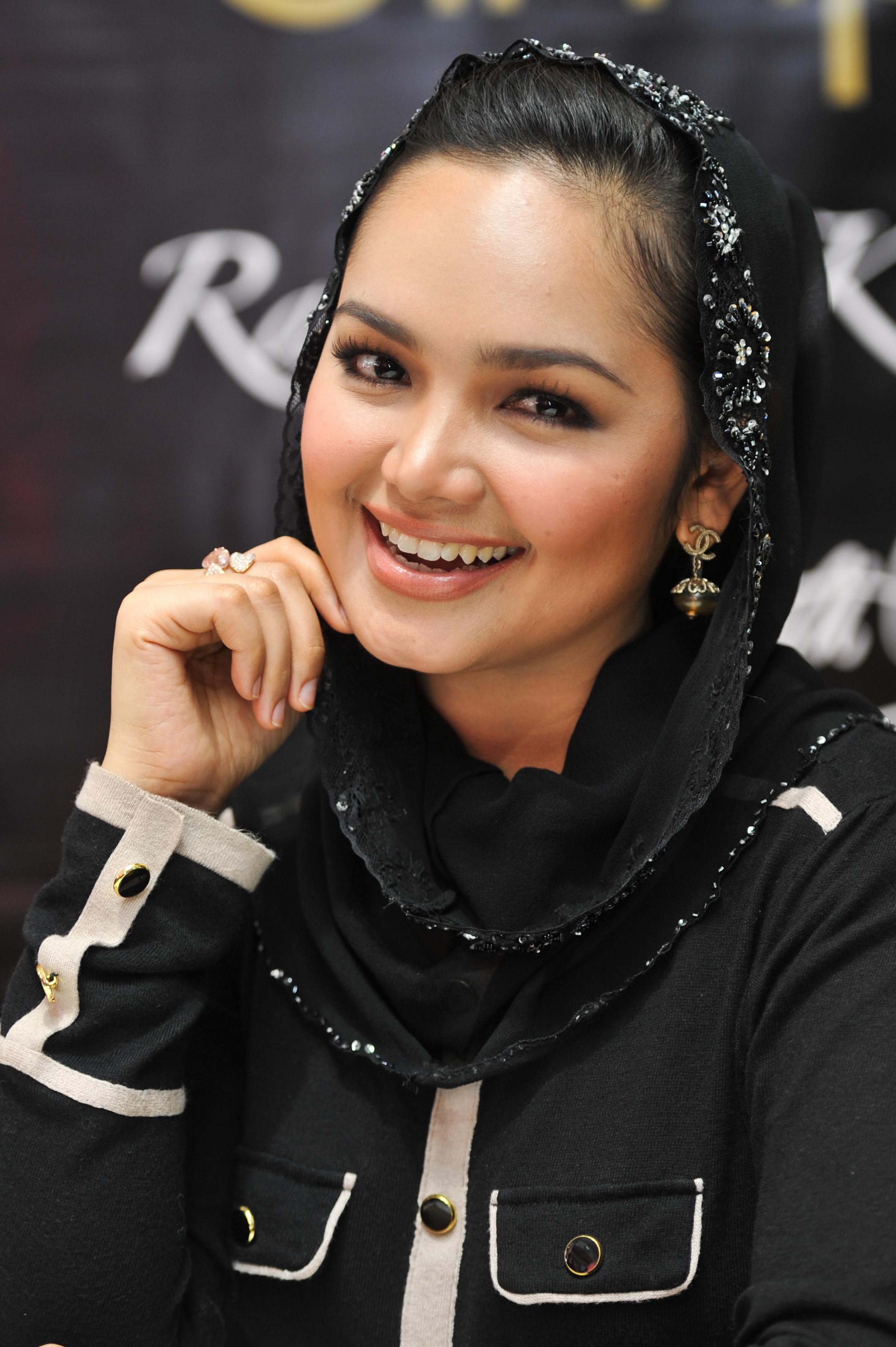 Biodata dan Foto Siti Nurhaliza Terbaru Hijab Cantik