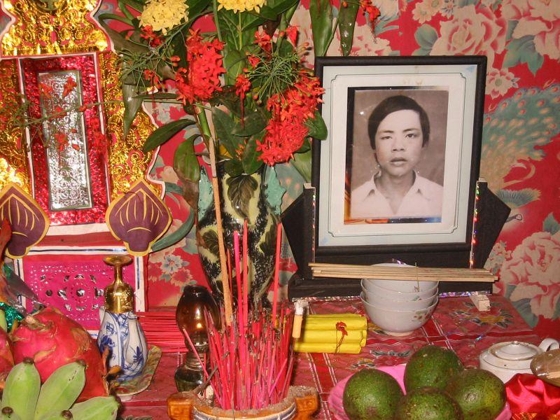 File:Vietnamese shrine for dead youth.jpg