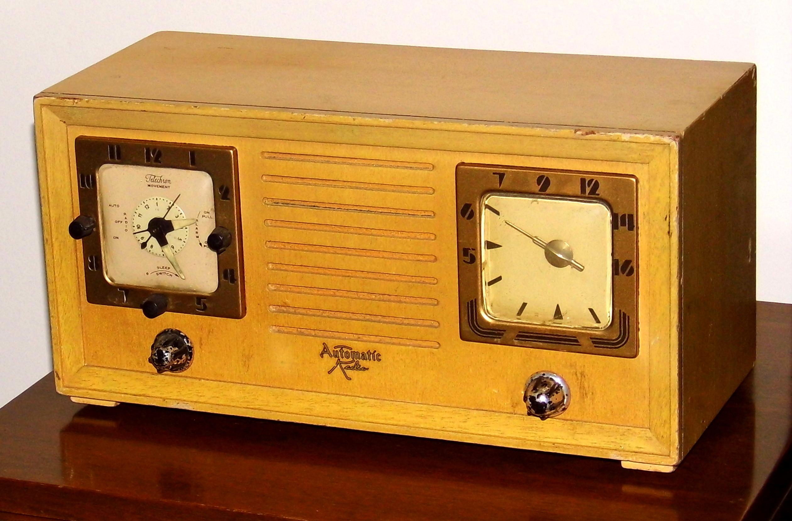 File:Vintage Automatic Electric Clock Radio, Model CL-152B ...