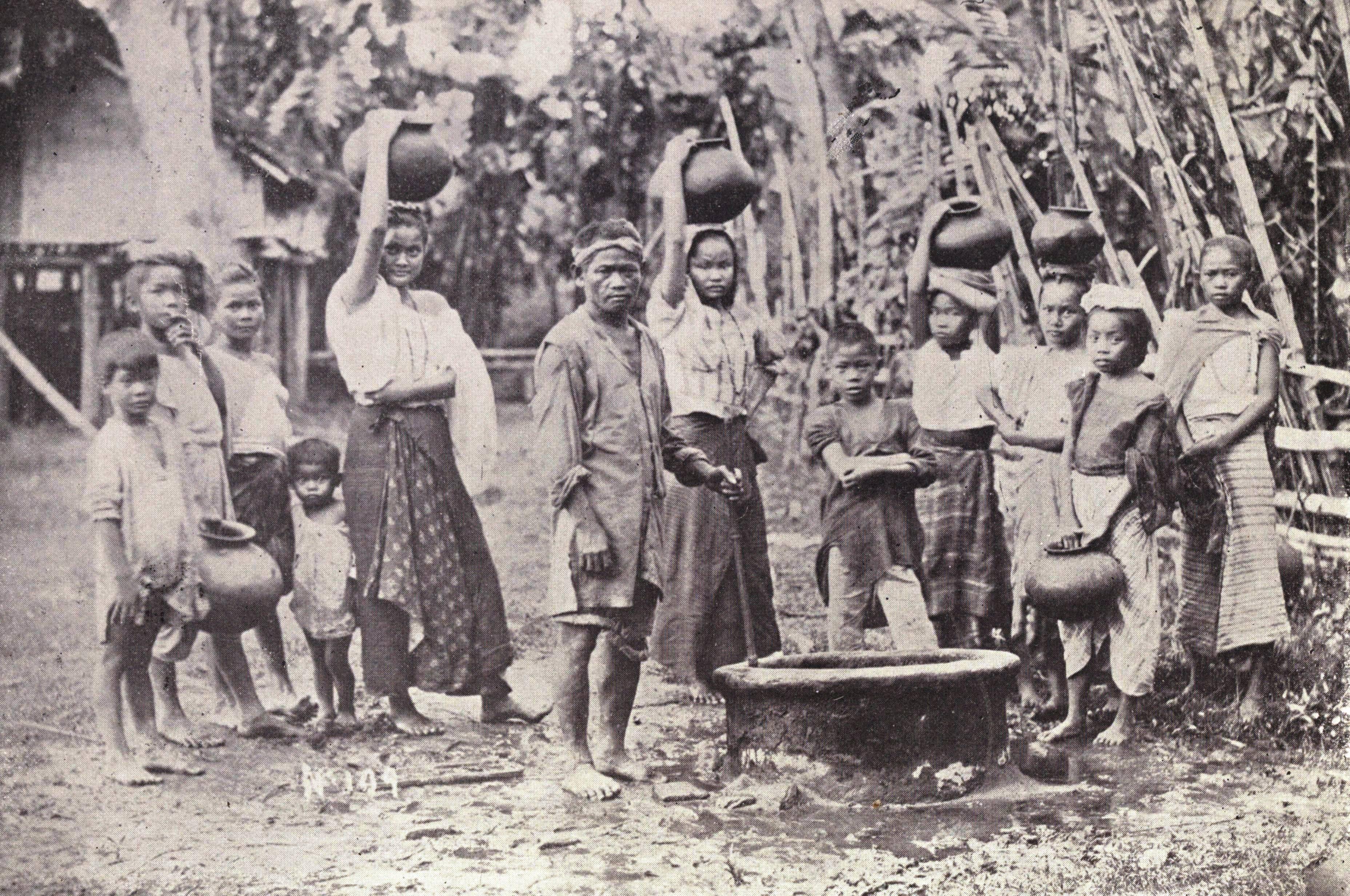 Description Water carriers in Iloilo, 1899.jpg