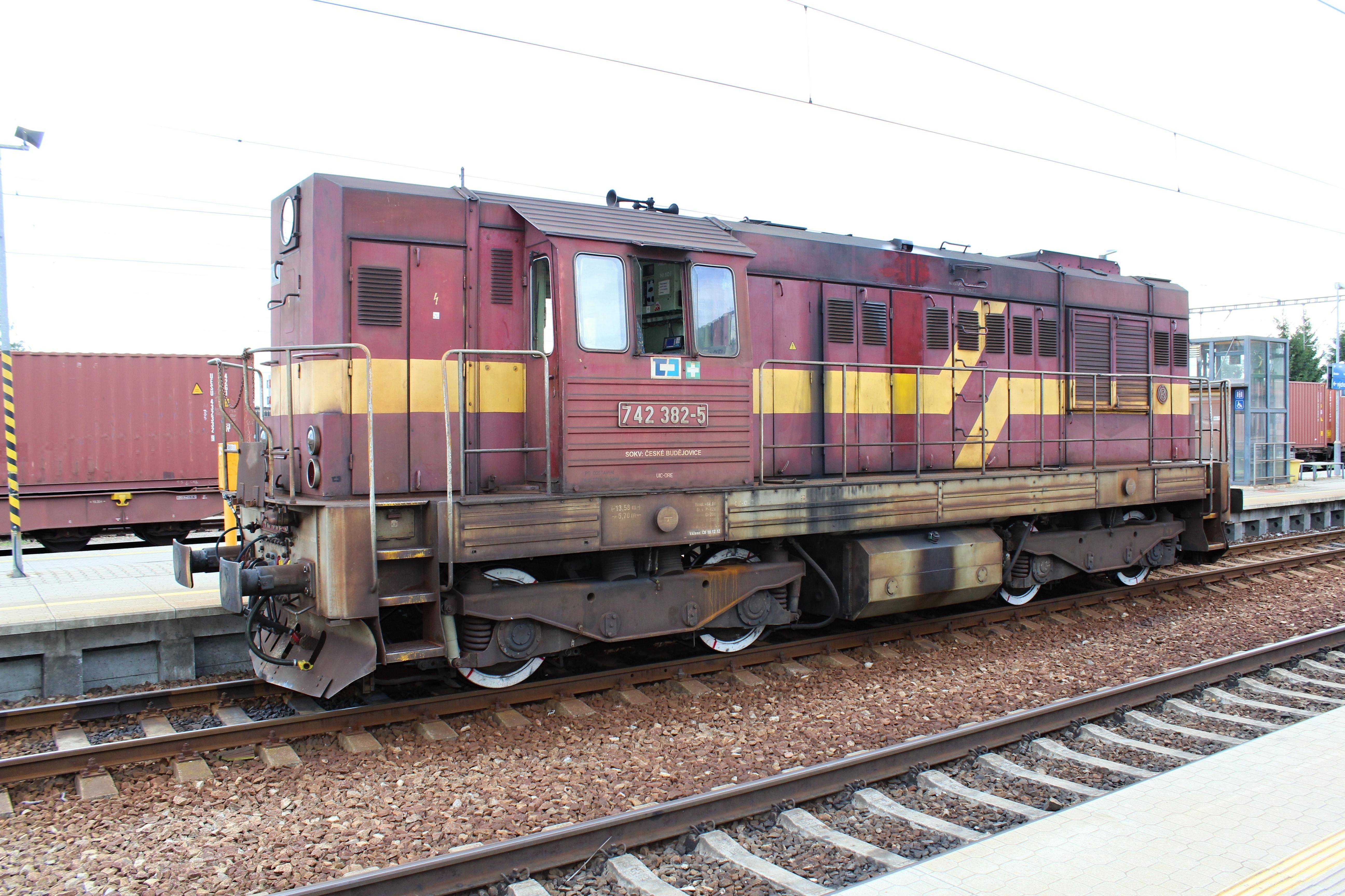 Lokomotiva 742 382 - 5 na nádraží Uhříněves zprava zezadu přes kolejiště