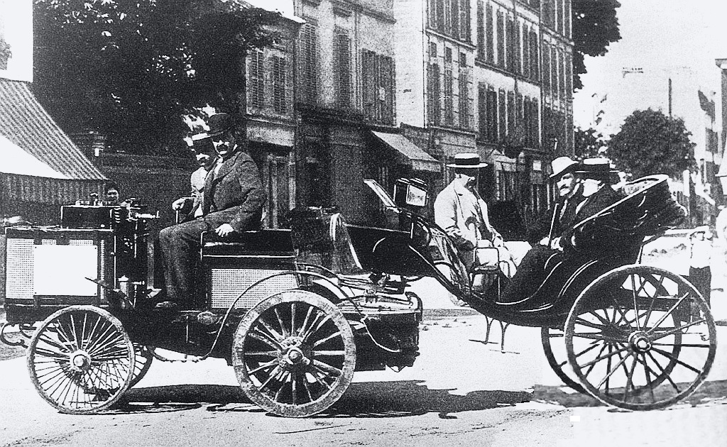 Jules-Albert, Count de Dion finished first in a steam powered De Dion tractor towing une Calèche, but was not eligible for the prize. Among the passengers are the Count de Dion, Baron Étienne van Zuylen van Nyevelt-Rothschild, and writer Émile Driant (Wikipedia)