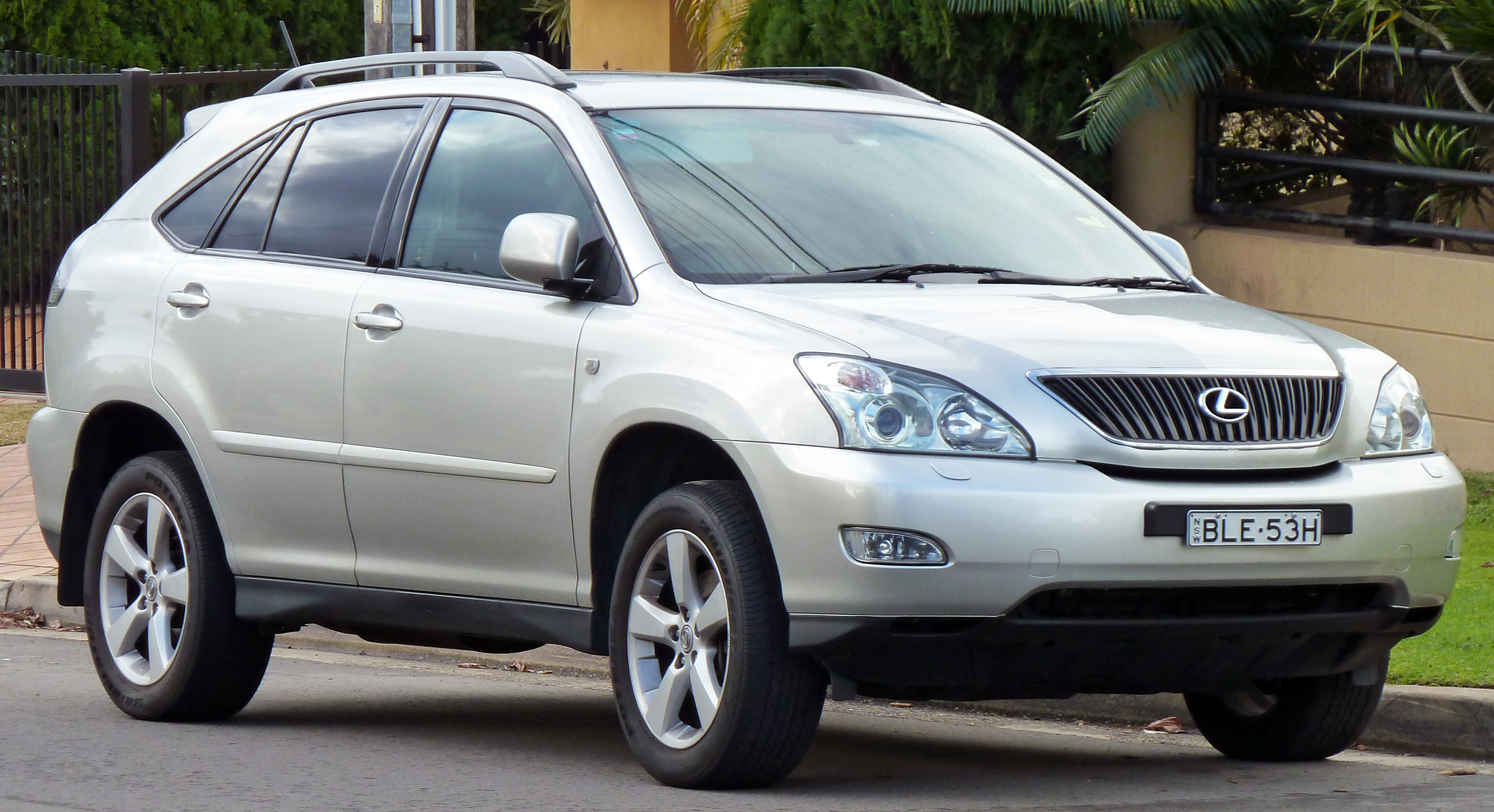 2004-2005 Lexus RX 330 (MCU38R) Sports Luxury wagon 03.jpg