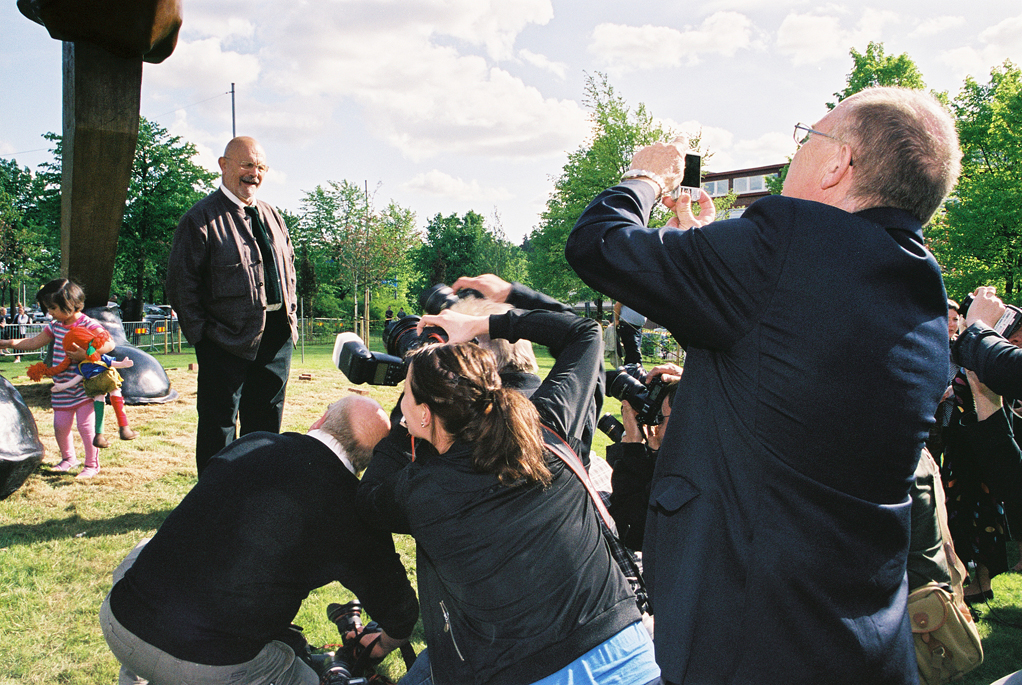 Jim Dine, surrounded by photographers,<br> at the inauguration of his work<br>''Walking to [[Borås]]'' (behind him on the left),<br />May 16, 2008.