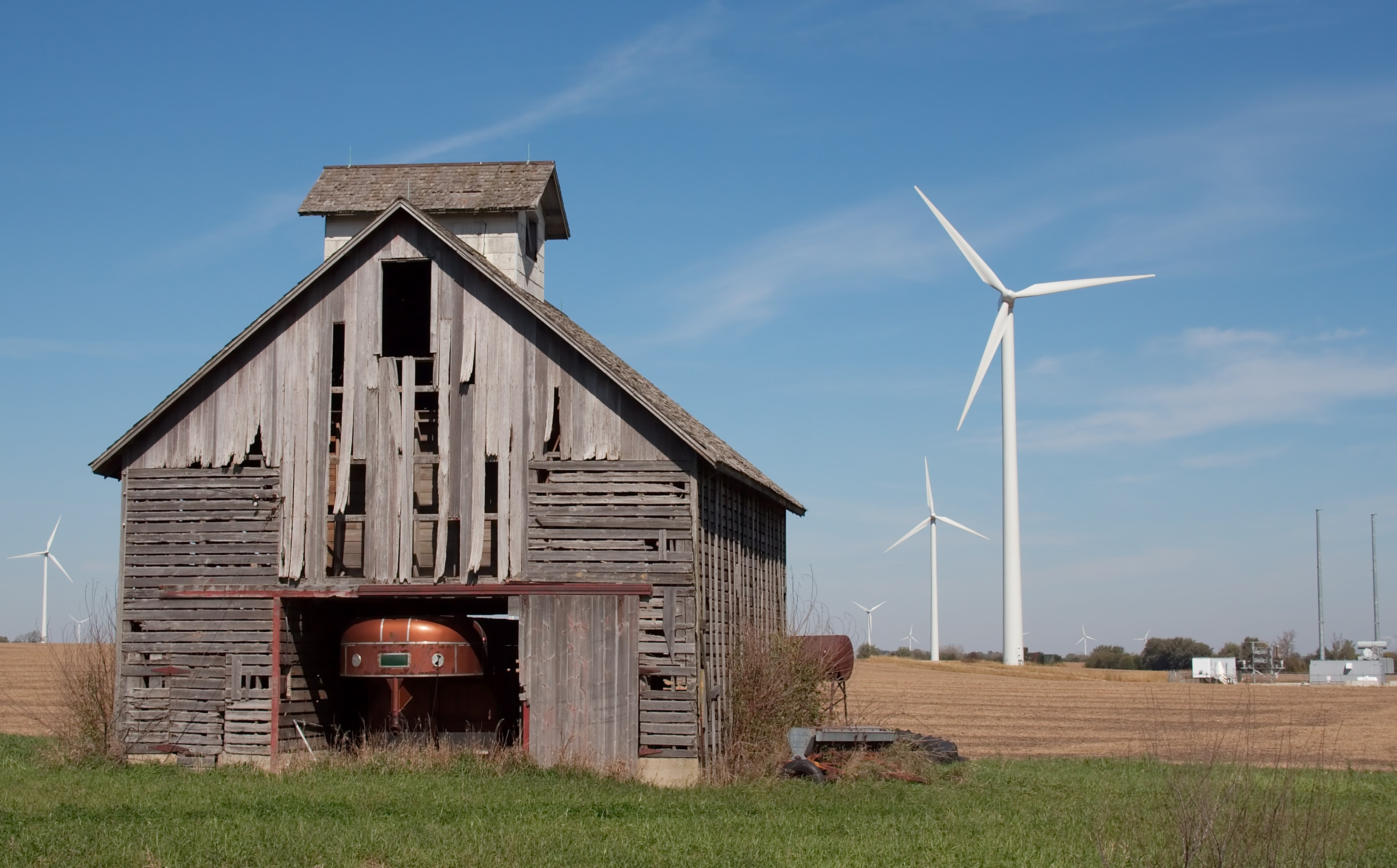 English: A barn and wind turbines in rural Ill...