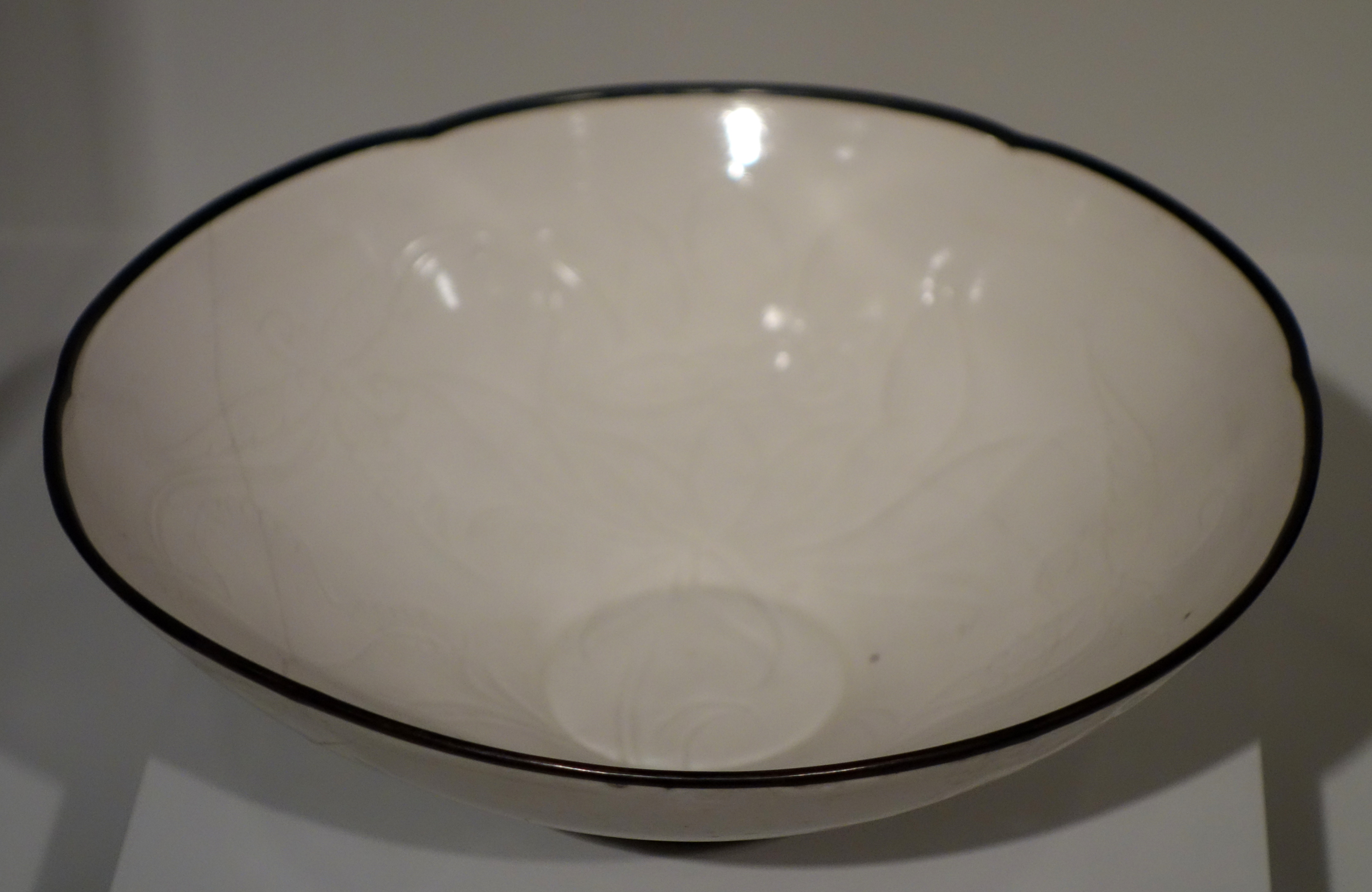 File:Bowl with incised floral pattern, Ding ware, China