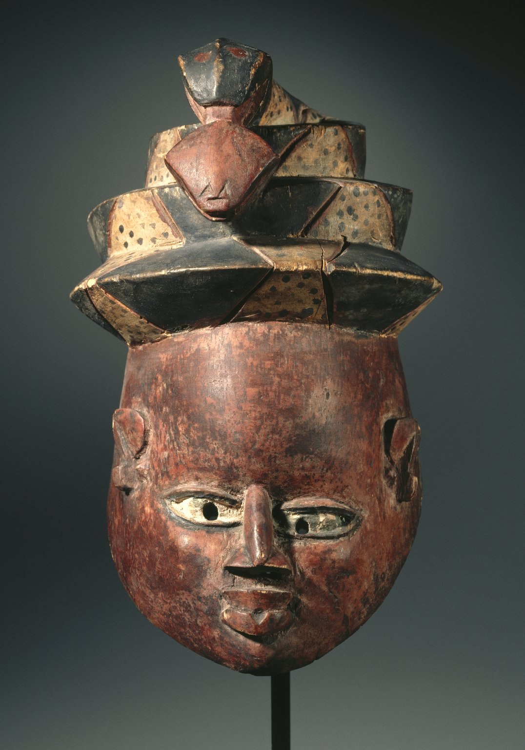 gelede mask Gelede masks are worn with a costume consisting of layers of elaborate, colorful cloth the gelede mask is more accurately a headdress, since it rests on top of the head and the wearer's face is covered by a cloth veil.