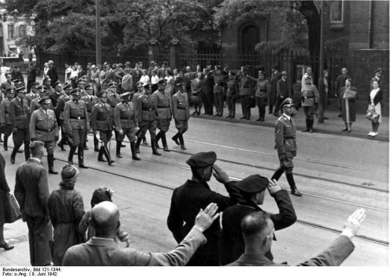 https://upload.wikimedia.org/wikipedia/commons/0/03/Bundesarchiv_Bild_121-1344%2C_Berlin%2C_Beisetzung_Heydrich%2C_Trauerzug.jpg