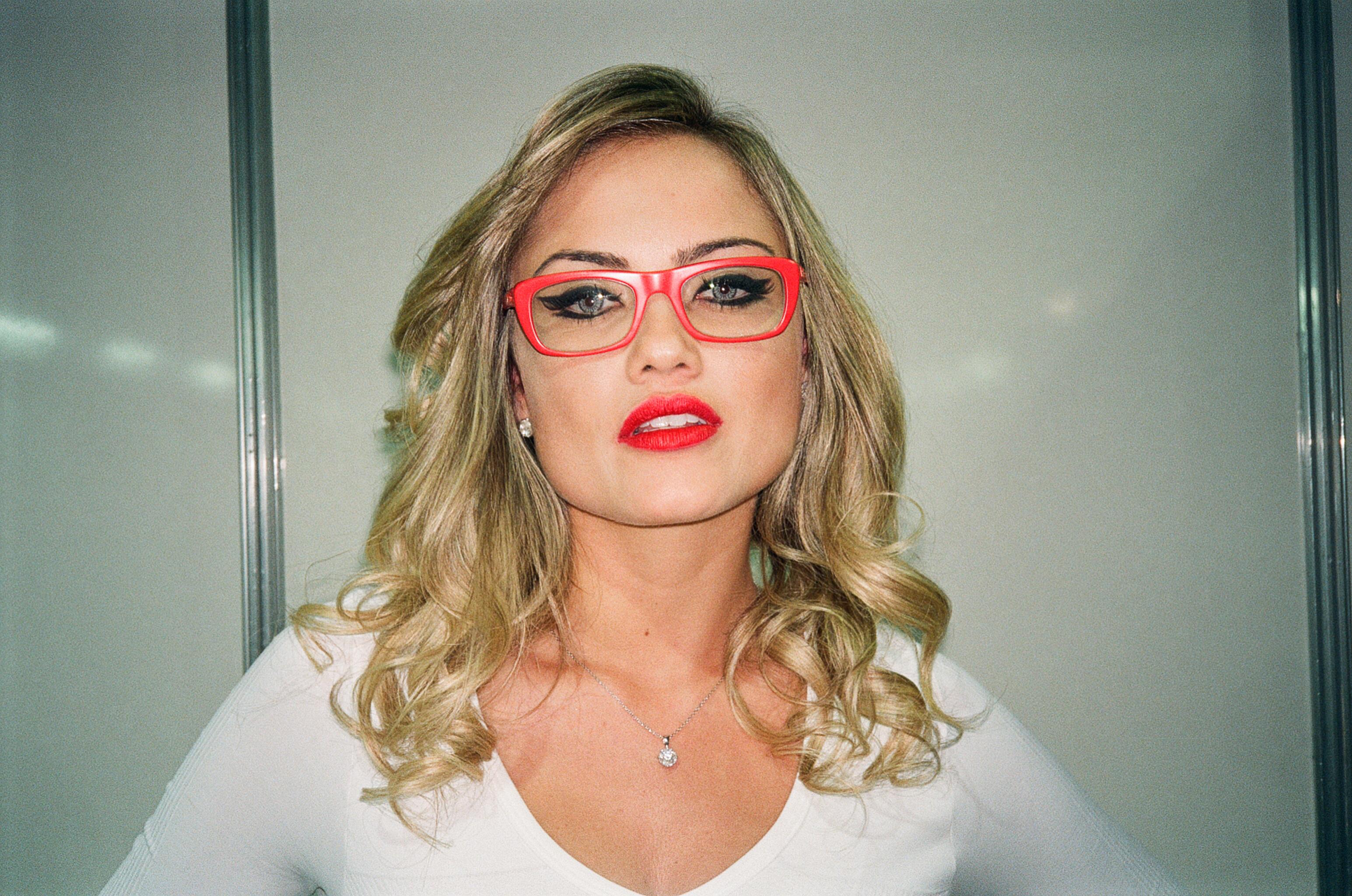 Descrição Ellen Roche with red glasses.jpg