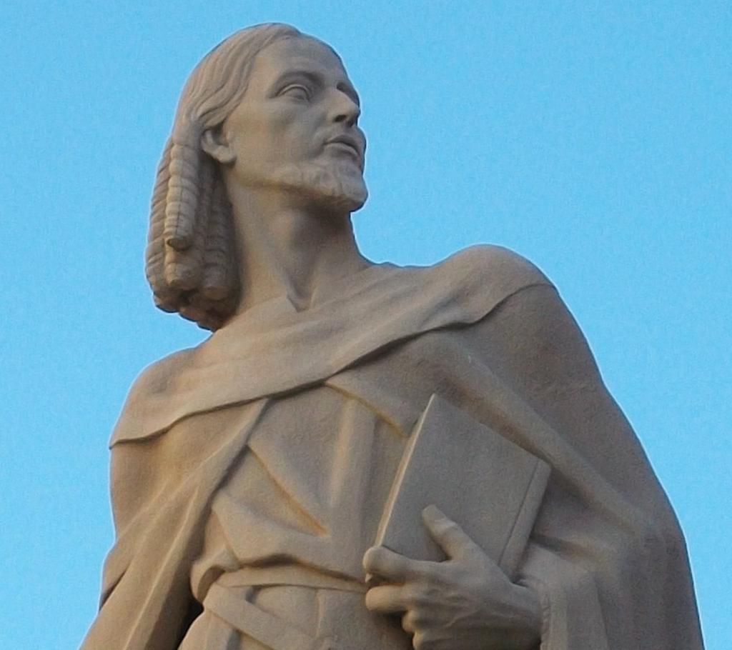 Retrato moderno de Ausiàs March en Gandia en una escultura en piedra de José Rausell Sanchis