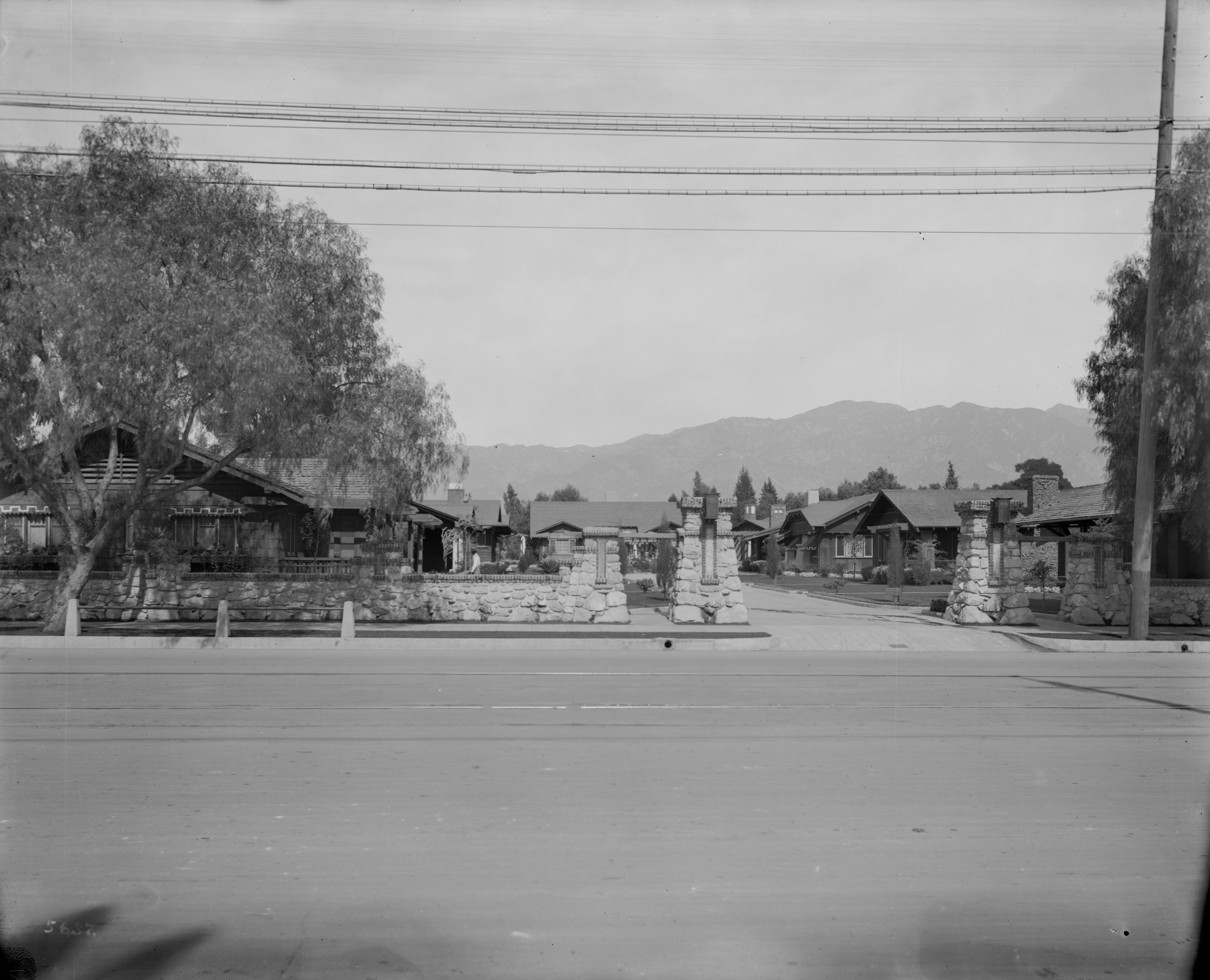 FileExterior View Of A California Bungalow Court With The San Gabriel Mountains In