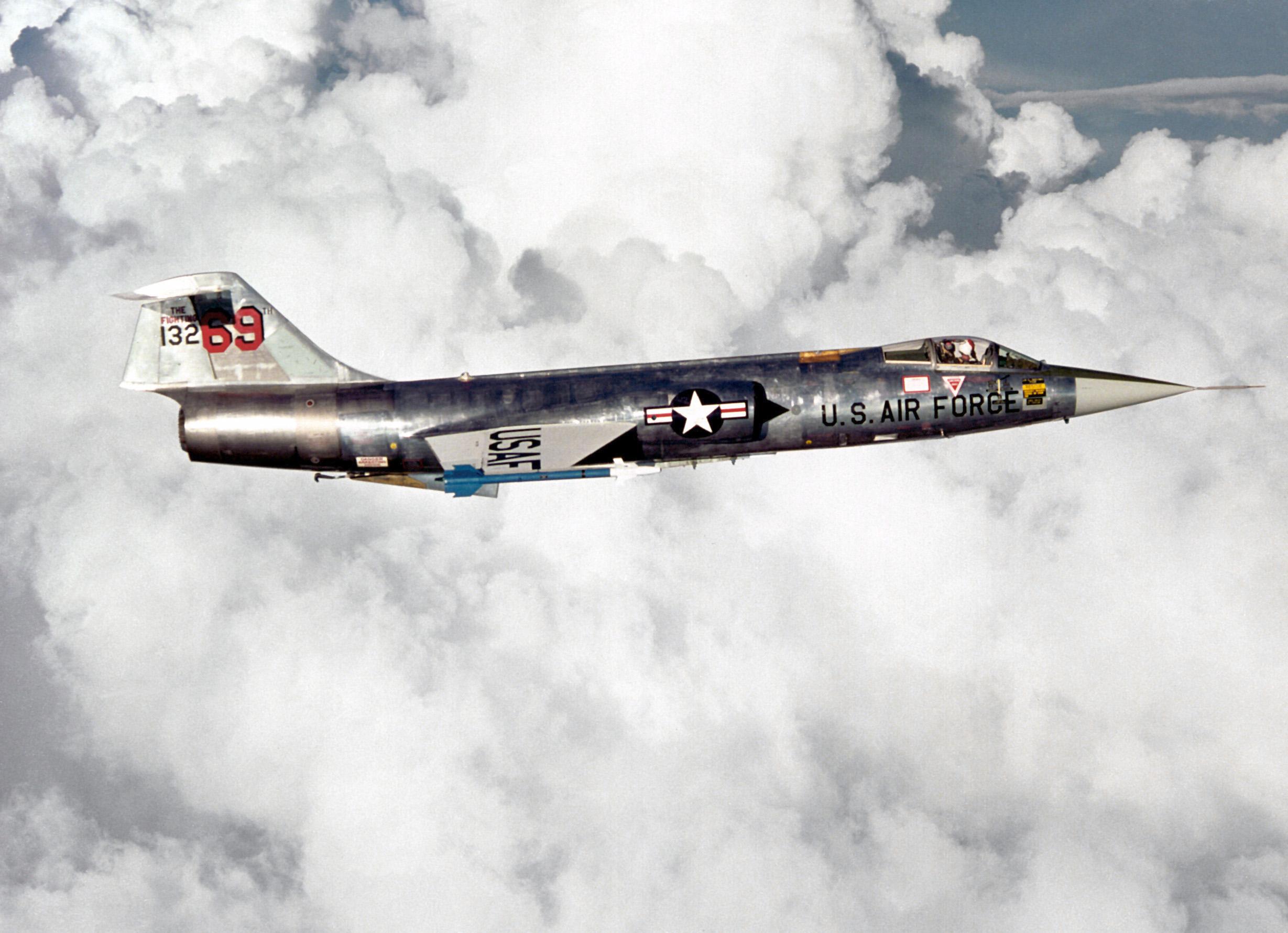 l'F35 non spala la neve - Pagina 5 F-104_right_side_view